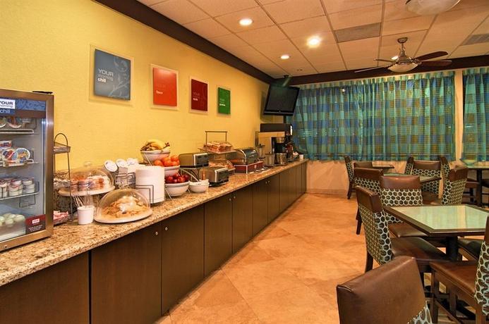 Hotel Comfort Suites Airport & Cruise Port