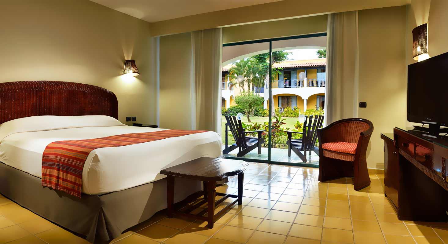 Baño Con Vista Al Jardin: con balcón o terraza, vistas al jardín, baño completo con secador