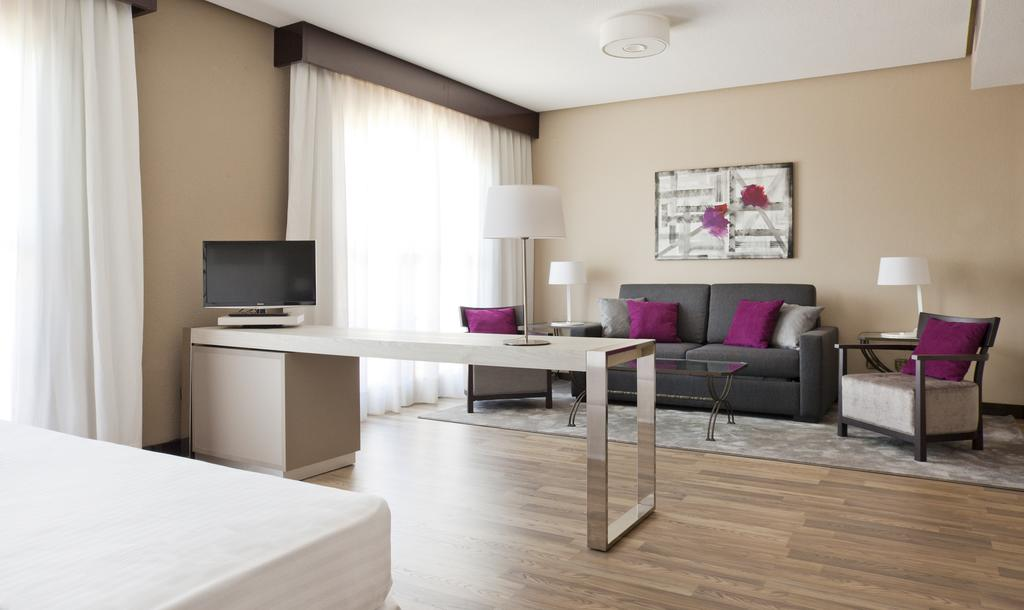 Suite  del hotel Ilunion Golf Badajoz. Foto 1