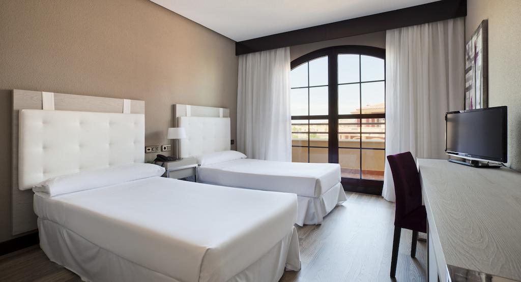 Habitación doble  del hotel Ilunion Golf Badajoz. Foto 2