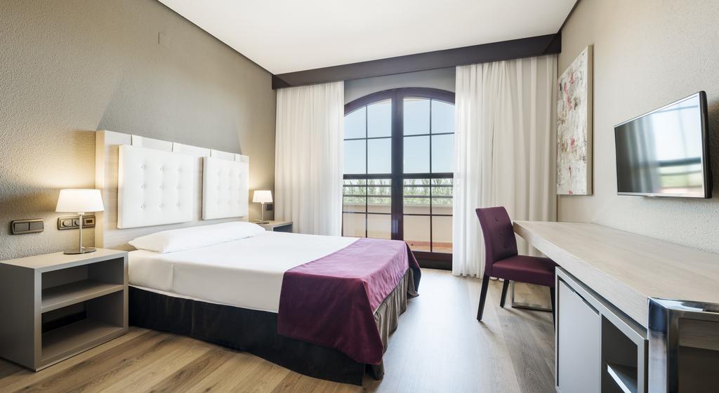 Habitación doble  del hotel Ilunion Golf Badajoz. Foto 3