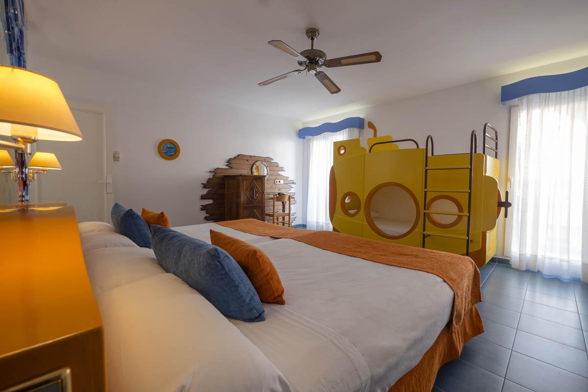 Hotel diverhotel roquetas barat simo for Hoteles con habitaciones cuadruples en barcelona