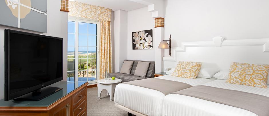 Habitación doble Vista Mar Familiar dos camas separadas del hotel Meliá Atlántico Isla Canela