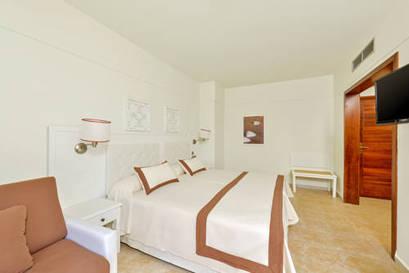 Habitación doble Vista Lateral Mar dos camas separadas del hotel Iberostar Isla Canela