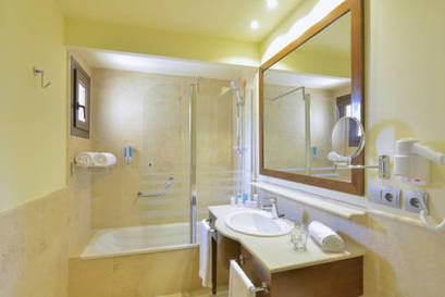 Habitación doble Vista Lateral Mar dos camas separadas del hotel Iberostar Isla Canela. Foto 1