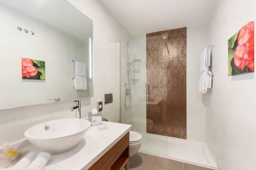 Habitación Familiar dos camas de matrimonio del hotel Hilton Garden Inn Sevilla. Foto 1