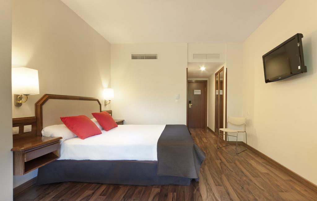 Doble cama king size del hotel Senator Barajas. Foto 1