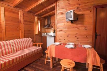 Bungalow de madera 2 dormitorios del hotel Torre de la Mora. Foto 3