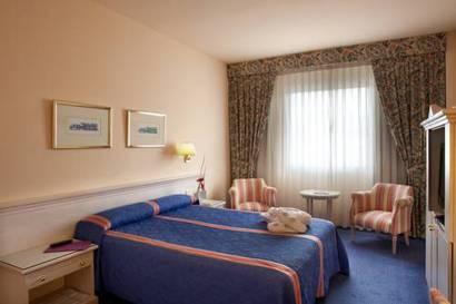 Habitación doble  del hotel Ayre Sevilla. Foto 1