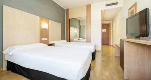 Habitación doble dos camas separadas del hotel Ilunion Romareda. Foto 2
