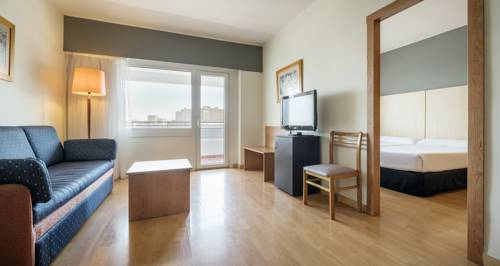 Habitación doble Superior dos camas separadas del hotel Ilunion Romareda. Foto 1