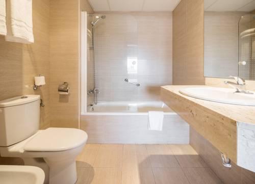 Habitación doble Superior dos camas separadas del hotel Ilunion Romareda. Foto 2
