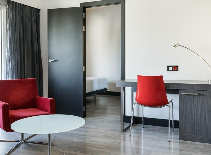 Habitación cuadruple  del hotel Ilunion Romareda. Foto 1
