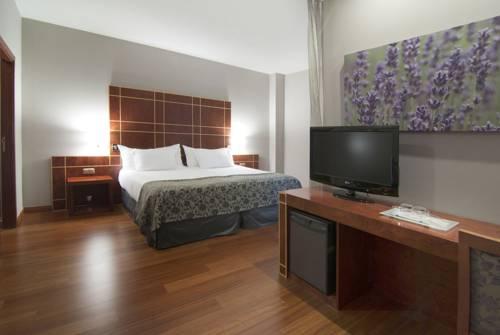 Habitación familiar  del hotel Silken Reino de Aragon. Foto 3