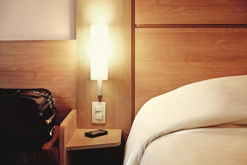 Habitación doble  del hotel Ibis Milano Centro. Foto 1
