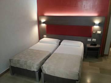Habitación doble dos camas separadas del hotel Center 1-2. Foto 1