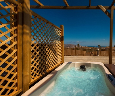 Polynesian Supreme Sea View Jacuzzi Yacht Club del hotel Magic Natura Animal, Waterpark & Polynesian Lodge Resort. Foto 2