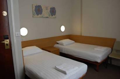 Habitación doble dos camas separadas del hotel Lords. Foto 1