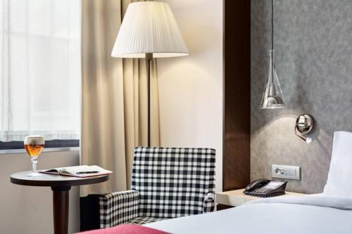 Habitación doble Superior dos camas separadas del hotel NH Brussels Louise. Foto 1