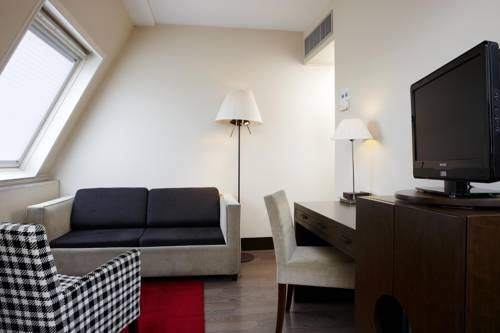 Junior suite dos camas separadas del hotel NH Brussels Louise. Foto 1