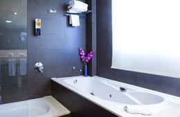 Suite con bañera de hidromasaje del hotel SB BCN Events. Foto 1
