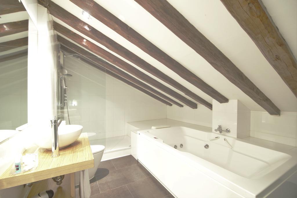 Habitación doble Superior Duplex con bañera de hidromasaje del hotel Petit Palace Plaza del Carmen