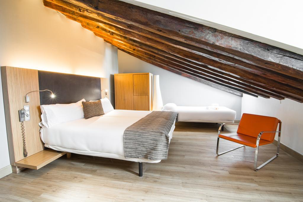 Habitación doble Abuhardillada del hotel Petit Palace Plaza del Carmen. Foto 2