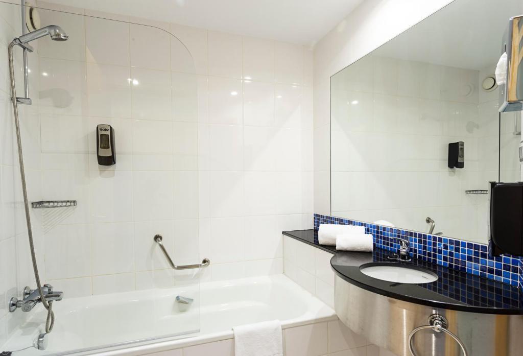 Habitación doble dos camas separadas del hotel B&b Madrid Airport. Foto 1
