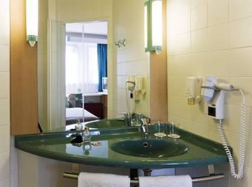 Habitación con cama doble más sofá cama del hotel Ibis Malaga Centro Ciudad
