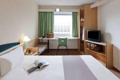 Habitación con cama doble más sofá cama del hotel Ibis Malaga Centro Ciudad. Foto 3